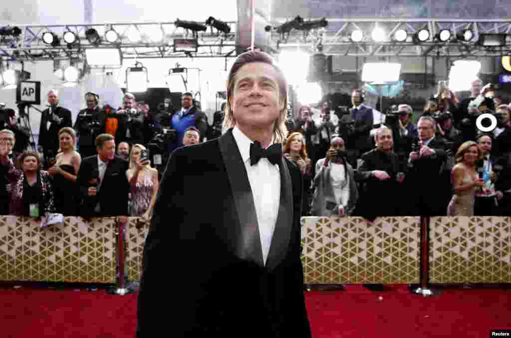 លោក Brad Pitt នៅលើកម្រាលព្រំក្រហមនៅពេលមកដល់ពិធីទទួលពានរង្វាន់អូស្ការ Academy Awards លើកទី ៩២ នៅហូលីវូដ ថ្ងៃទី ៩ ខែកុម្ភៈឆ្នាំ ២០២០។