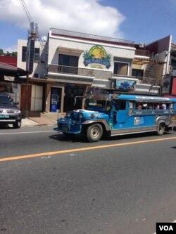 A jeepney drives through Barrio Barretto, Oct. 22, 2015. (R. Jennings/VOA)