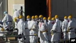 일본 후쿠시마 제1원전에서 방호복과 마스크를 착용하고 복구작업을 하는 관계자들(자료사진)