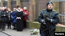 총격 사건이 발생한 덴마크 코펜하겐의 유대교 회당 앞에 15일 희생자를 애도하는 행렬이 보인다.