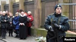 Warga berduka di depan sinagog di Krystalgade di Kopenhagen, Denmark, 15 Februari 2015.