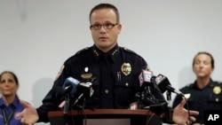 Cảnh sát trưởng Tom Lewis phát biểu với giới truyền thông tại Khu liên hợp An toàn Công cộng ở Punta Gorda, Florida, ngày 10 tháng 8 năm 2016.
