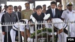 عمران خان قائد اعظم کے مزار پر پھولوں کی چادر چڑھاتے ہوئے