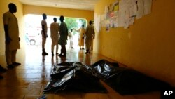 Des proches attendent les corps de victimes d'un attentat-suicide à Konduga, Maiduguri, Nigeria, 16 août 2017.