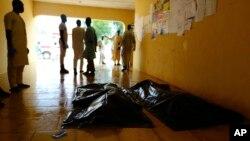 Des membres d'une famille attendent de recevoir les corps de victimes d'attentats suicides dans un hôpital de Konduga, près de Maiduguri, au Nigeria, le 16 août 2017