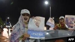 Des Mauritaniens célèbrent la victoire de Mohamed Ould Ghazouani, candidat du parti au pouvoir en Mauritanie, lors de l'élection présidentielle, le 23 juin 2019.