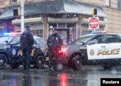 지난 11일 미국 뉴저지주 저지시티에서 발생한 총격사건 현장에서 경찰들이 보초를 서고 있다.