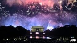 Фейерверк над мемориалом Линкольна во время празднования в Вашингтоне, округ Колумбия, 4 июля 2019