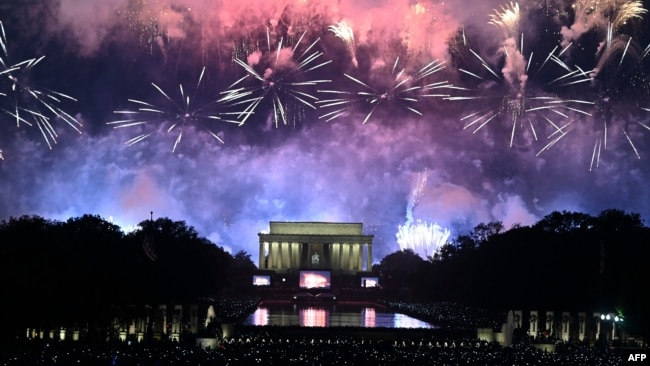 Fireworks explode over the Lincoln Memorial during the Fourth of July celebrations in Washington, DC, July 4, 2019. (Photo by ANDREW CABALLERO-REYNOLDS / AFP)