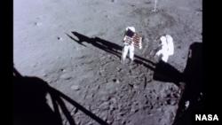 "Астронавты миссии ""Аполлон-11"" на Луне"
