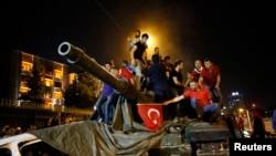 Warga menaiki tank militer di Ankara, Turki (16/7). (Reuters/Tumay Berkin)
