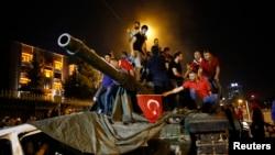 Người dân đứng trên một chiếc xe tăng của quân đội Thổ Nhĩ Kỳ ở Ankara, Thổ Nhĩ Kỳ, ngày 16 tháng 7 năm 2016.