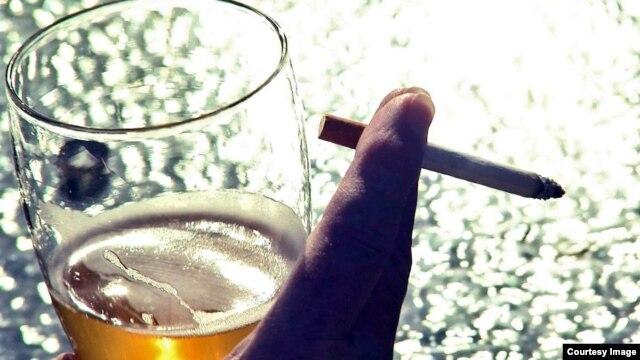 Một nghiên cứu mới đã làm sáng tỏ lý do tại sao nhiều người nghiện rượu nặng cũng có hút thuốc lá.