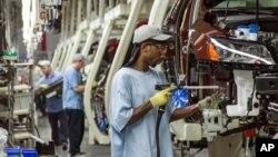 Para pekerja di pabrik perakitan mobil Volkswagen di Chattanooga, negara bagian Tennessee, AS (foto: dok).