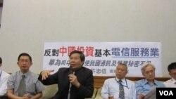 许忠信召开反对陆资投资台湾第一类电信产业记者会(美国之音 张佩芝拍摄)