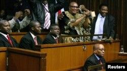 Duduzane Zuma, fils du président sud-africain Jacob Zuma, deuxième à droite à côté de son père, lors d'une audience à la haute cour à Johannesburg, 8 mai 2006.