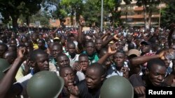 布基納法索的反對派在陸軍總部門前示威喊口號(2014年10月31日)
