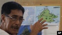 Abraham Idjirani, juru bicara Kesultanan Sulu, menunjukkan peta pulau Kalimantan saat memberika keterangan kepada para wartawan di wilayah Taguig, selatan Manila, Filipina (5/3). Malaysia telah mengerahkan pesawat tempur dan pasukannya untuk mengamankan wilayah Sabah yang tengah menjadi sengketa antara Malaysia-kelompok bersenjata Filipina.