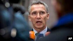 Sekjen NATO Jens Stoltenberg berbicara kepada media di Brussels, Selasa (18/11).