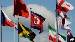 Bendera Korea Utara (tengah) berkibar di antara bendera negara-negara lainnya yang berpartisipasi dalam Olimpiade musim dingin di PyeongChang, Korea Selatan.