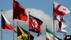La bandera norcoreana (centro) ondea entre las banderas de otras naciones en la Villa Olímpica de los Juegos de Invierno 2018 en Gangneung, Corea del Sur, el 1 de febrero de 2018.