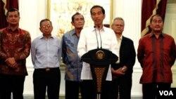 Presiden Joko Widodo menyampaikan keterangan pers di Istana Merdeka, Jakarta usai bertemu sejumlah tokoh, Minggu, 25/1 (foto: VOA/Andylala).