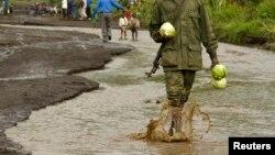 Un soldat des forces armées congolaises marche sur une route inondée à Sake, dans l'est de la RDC, le 3 décembre 2008. (Photo d'illustration)