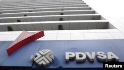 Logo PDVSA, perusahaan minyak milik negara Venezuela, tampak di sebuah pom bensin di Caracas, Venezuela, 21 Desember 2015. (Foto: Reuters)