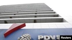 委内瑞拉首都加拉加斯一座加油站外面的委内瑞拉国家石油公司的标识。