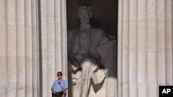 La sospechosa podría ser acusada de destrucción de propiedad, si se confirma que está relacionada con los actos de vandalismo contra la Catedral y el Monumento a Lincoln.