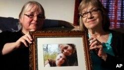Người thân cầm ảnh của Joshua Boyle và Caitlan Coleman, cặp vợ chồng bị Taliban bắt cóc cuối năm 2012. (Ảnh tư liệu)