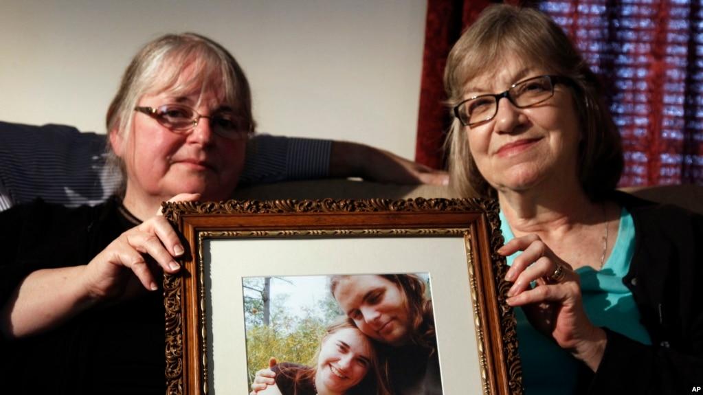 Tư liệu: Trong ảnh chụp ngày 4/6/2014, bà Linda Boyle, bên trái, và bà Lyn Coleman, cầm tấm ảnh của con họ, Joshua Boyle và Caitlan Coleman, hai vợ chồng bị Taliban bắt làm con tin, vào năm 2012. (AP Photo/Bill Gorman,)