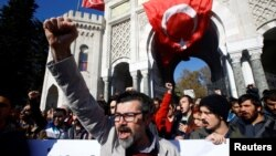 Demonstrators protest against a purge of thousands of education staff since an attempted coup in July, in front of the Istanbul University, Nov 3, 2016. On Wednesday, it was announced that Turkish judge Aydin Sedaf Akay has been in detention since September for his alleged connection to the failed coup.