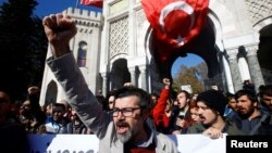 عکس تزئینی از تظاهرات در ترکیه در اعتراض به بسته شدن برخی رسانه ها