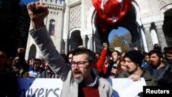 Para demonstran melakukan aksi protes di depan Universitas Istanbul atas penangkapan para staf pengajar di sana (3/11). Hari Rabu (9/11) Turki mengumumkan penahanan Hakim PBB Aydin Sedaf Akay sejak September lalu atas tuduhan terkait peristiwa kudeta yang gagal.