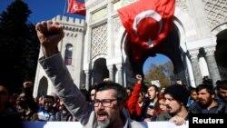 지난 3일 터키 이스탄불대학에서 쿠데타 연루 교직원들의 체포에 항의하는 시위가 열렸다. (자료사진)
