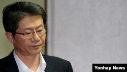 류길재 한국 통일부 장관이 23일 간부회의에 참석하기 위해 장관실을 나서고 있다.