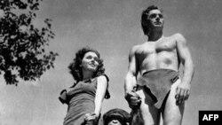 Johnny Weissmuller, phải, trong vai Tarzan, Maureen O'Sullivan trong vai Jane, và chú khỉ Cheetah trong phim Tarzan năm 1932
