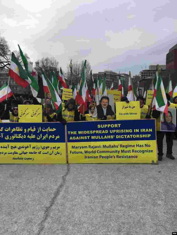 تجمعسازمان جوامع ایرانیان آمریکایی در مقابل کاخ سفید برای اعلام حمایت از اعتراضات در ایران. عکس هایی از مسعود رجوی و مریم رجوی در دست این گروه بود.