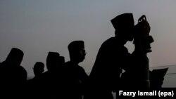 Des Musulmans observant la lune pour déterminer la fin du Ramadan et l'Aïd el-Fitr en Malaisie