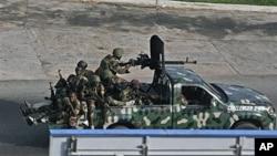 Soldados de força não identificada, nas ruas de Abidjan