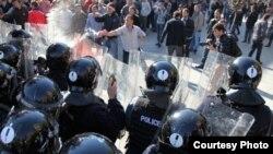 Policija u Prištini nastojala je da suzavcem i biber-sprejom rastera demonstrante
