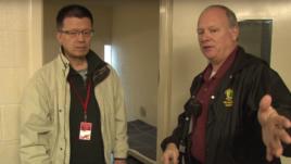 拘留所长官鲍威尔带解密时刻摄制组参观金无怠的牢房。