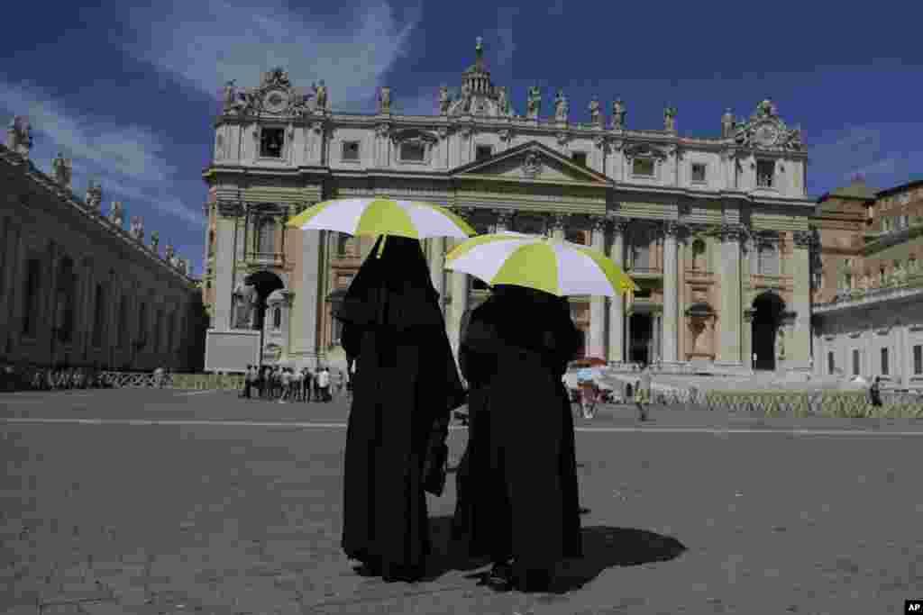 تصویری از میدان پیتر واتیکان و دو راهبه که با چترهای شان در حال عبور از آن هستند. روز یکشنبه پاپ فرانسیس در نیایش خود به تیراندازی ها در آمریکا اشاره و برای قربانیان نیایش کرد.