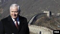 Menteri Pertahanan AS Robert Gates mengunjungi Tembok Besar dalam kunjungannya ke Tiongkok, Rabu, 12 Januari 2011.