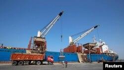 تخلیه و بازرسی کشتی های حامل کمک های انساندوستانه به یمن در بندر حدیده در سواحل دریای سیاه - ۳۰ نوامبر ۲۰۱۷