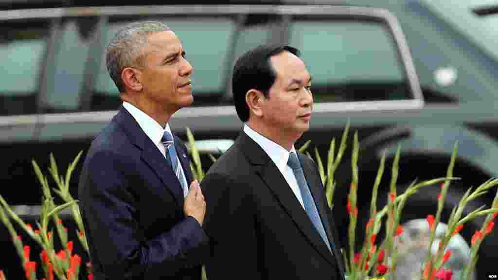 Tổng thống Hoa Kỳ Barack Obama và Chủ tich nước Việt Nam Trần Đại Quang trong nghi lễ đón tiếp chính thức tại Phủ Chủ tịch ở Hà Nội, Việt Nam.