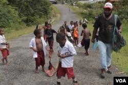 Fransiskus Kasipmabin dan anak-anak sekolah di Pegunungan Bintang, Papua. (Foto: VOA/Nurhadi).