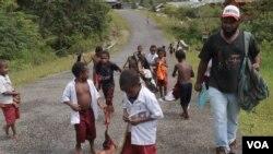 Fransiskus Kasipmabin dan anak-anak sekolah di Pegunungan Bintang, Papua. (Foto: dok. VOA/Nurhadi).