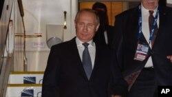 Tổng thống Nga Vladimir Putin đến thành phố ven biển miền đông Úc hôm thứ Sáu, sau khi Kyiv tố cáo Nga là gửi một loạt binh sĩ và vũ khí mới vào đông bộ Ukraine.